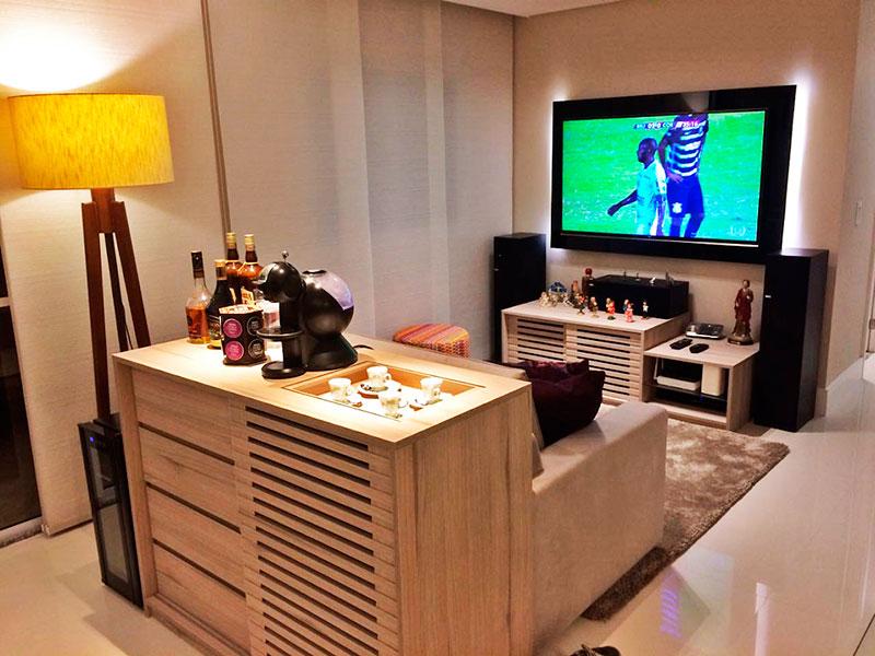 Ipiranga, Apartamento Padrão - Sala irregular com piso de porcelanato, teto com sanca, iluminação embutida, armários planejados e acesso a varanda gourmet.