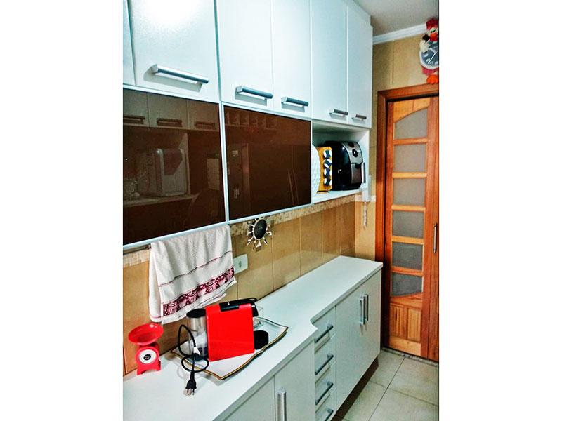 Sacomã, Apartamento Padrão-Cozinha com piso de cerâmica, teto com moldura de gesso, armários planejados, gabinete, cooktop, pia de granito e acesso a área de serviço.