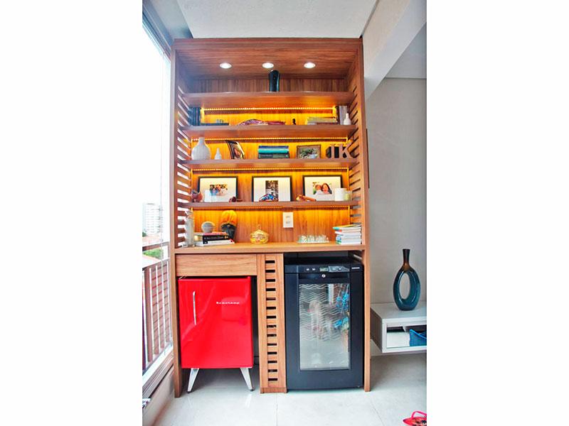 Ipiranga, Apartamento Padrão-Varanda com piso de porcelanato, teto com sanca, iluminação embutida e fechamento de vidro.