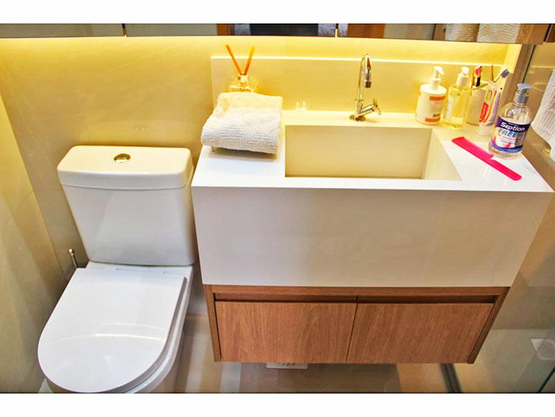 Ipiranga, Apartamento Padrão-Banheiro social com piso de porcelanato, teto com sanca, iluminação embutida, gabinete, pia de granito e box de vidro.