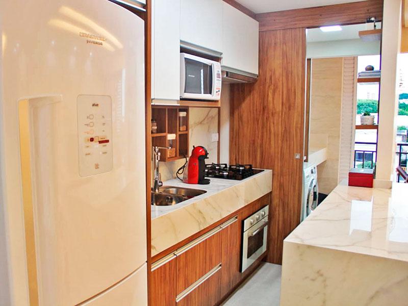 Ipiranga, Apartamento Padrão-Cozinha americana com piso de porcelanato, teto com sanca, armários planejados, gabinete, cooktop, pia de granito e acesso a área de serviço.