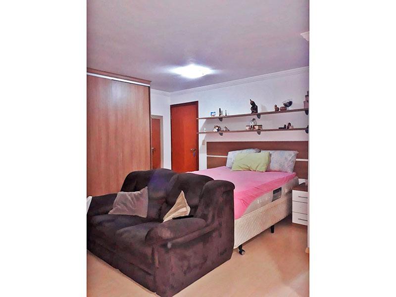 Jabaquara, Studio-Quarto com piso de laminado, teto com moldura de gesso e armários planejados.