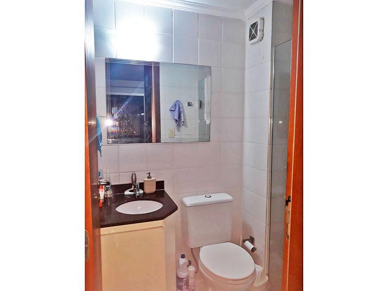 Jabaquara, Studio-Banheiro social com piso de cerâmica, teto com moldura de gesso, pia de granito e box de vidro.