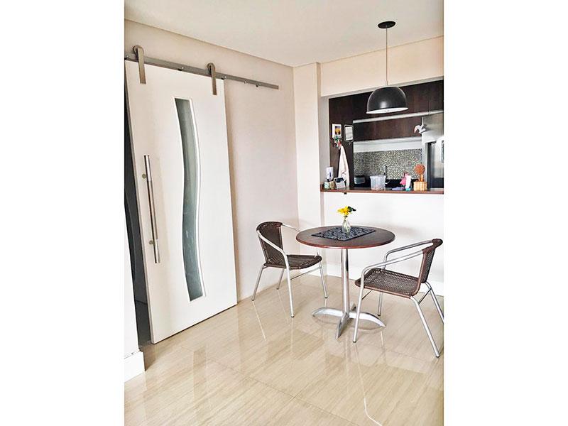 Sacomã, Apartamento Padrão-Sala ampliada (parcialmente com o 3º quarto), com piso de porcelanato, teto com sanca, iluminação embutida e acesso a varanda.