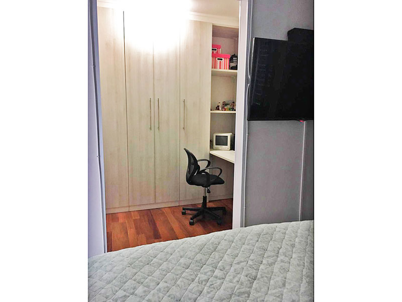Sacomã, Apartamento Padrão-1º Quarto com piso de tacão, teto com sanca e closet.