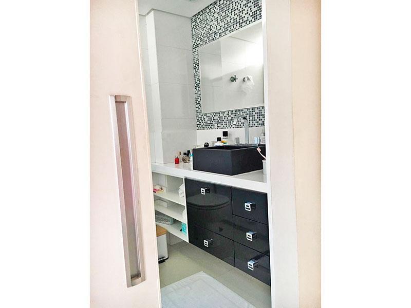 Sacomã, Apartamento Padrão-Banheiro social com piso de porcelanato, teto com sanca, gabinete, pia sobreposta e box de vidro.