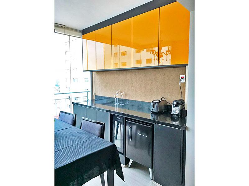 Sacomã, Apartamento Padrão - Varanda com piso de laminado, armários planejados, gabinete, pia de granito e fechamento de vidro.