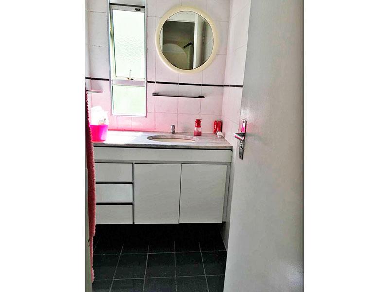 Sacomã, Apartamento Padrão-Banheiro social com piso de cerâmica, gabinete e pia de mármore.