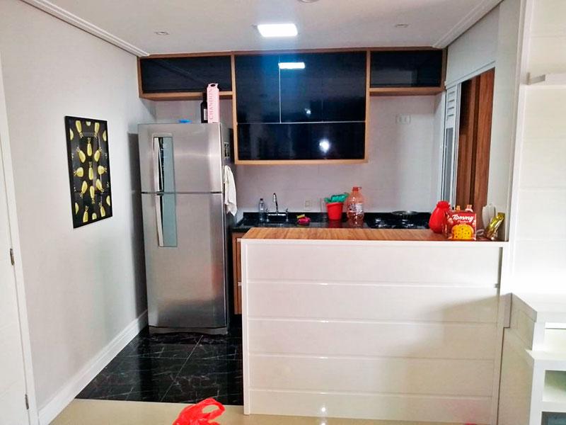 Sacomã, Apartamento Padrão-Cozinha americana com piso de cerâmica, teto com moldura de gesso, iluminação embutida, armários planejados, gabinete, cooktop, pia de granito e acesso a área de serviço.