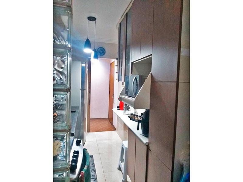 Sacomã, Apartamento Padrão-Cozinha com piso de porcelanato, teto com moldura de gesso, armários planejados, gabinete, pia de granito e acesso a área de serviço.