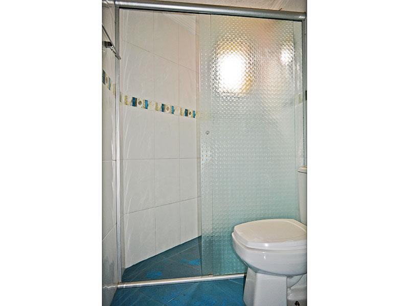 Jabaquara, Apartamento Padrão-Banheiro social com piso de cerâmica, teto com moldura de gesso, pia de porcelana e box de vidro.
