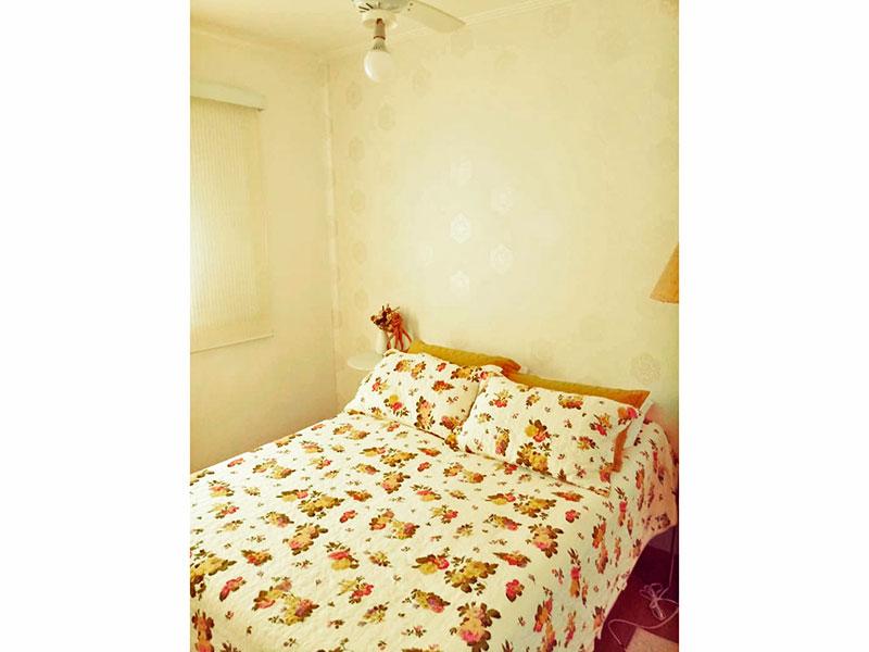 Sacomã, Apartamento Padrão-1º Quarto com piso de carpete de madeira e teto com moldura de gesso.