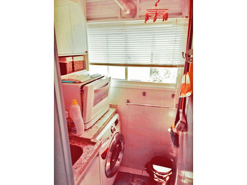 Sacomã, Apartamento Padrão-Área de serviço com piso de cerâmica, armários planejados, gabinete, pia de granito e aquecedor de passagem.