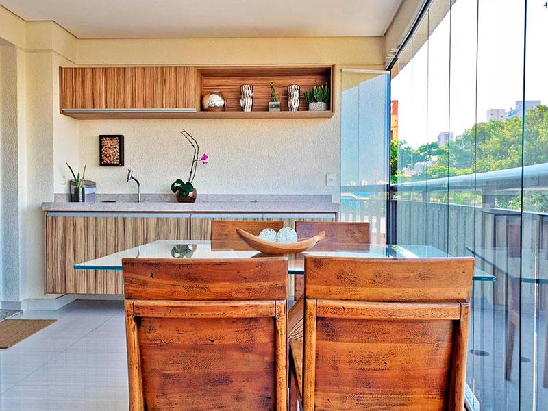 Ipiranga, Apartamento Padrão-Varanda com piso de porcelanato, teto com sanca, gabinete com bancada de granito e fechamento de vidro.