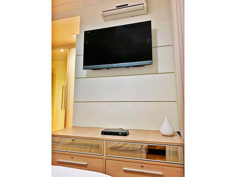Ipiranga, Apartamento Padrão-Suíte com piso de laminado, teto com sanca, iluminação embutida, armários planejados e closet.