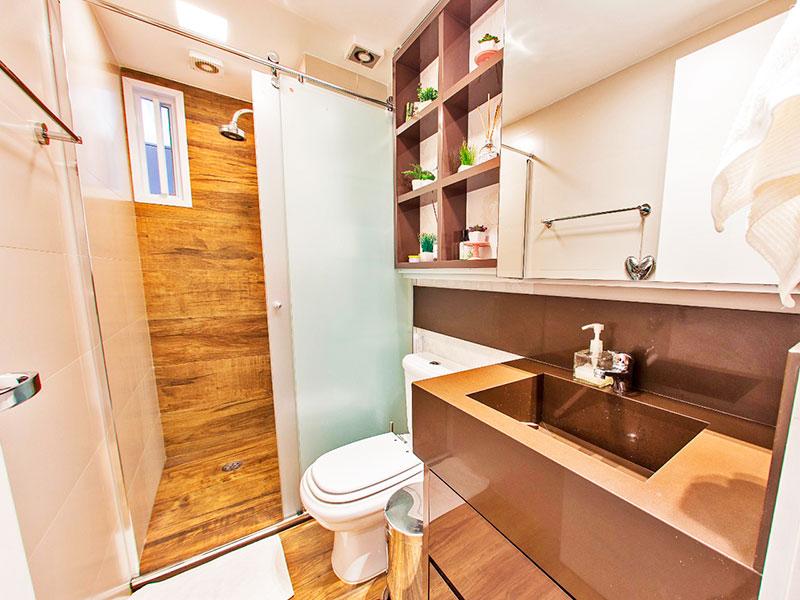 Jabaquara, Apartamento Padrão-Banheiro da suíte com piso de laminado, pia de granito e box de vidro.