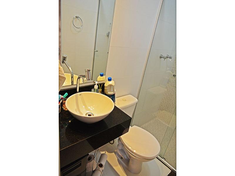 Sacomã, Cobertura Duplex-Banheiro social com piso de cerâmica, teto com moldura de gesso, gabinete, pia sobreposta e box de vidro.
