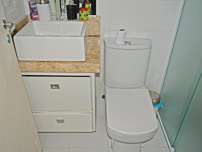 Ipiranga, Apartamento Padrão-Banheiro da suíte com piso de cerâmica, pia sobreposta e box de vidro.