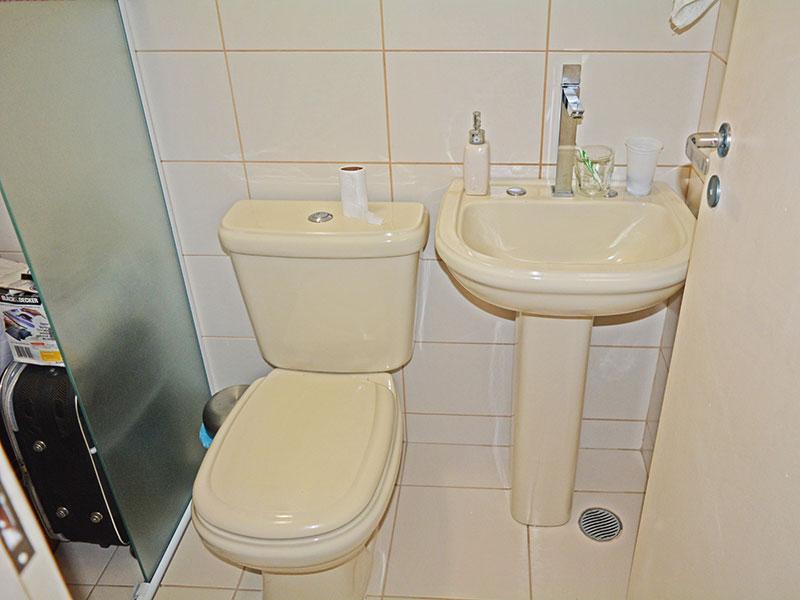 Ipiranga, Apartamento Padrão-Banheiro social com piso de cerâmica, pia de porcelana e box de vidro.