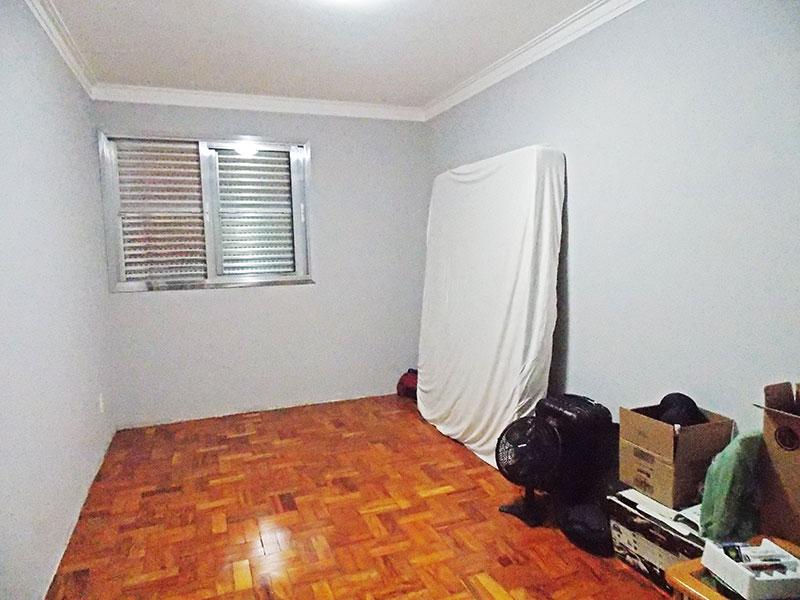 Ipiranga, Apartamento Padrão-2º Quarto com piso de taco e teto com moldura de gesso.