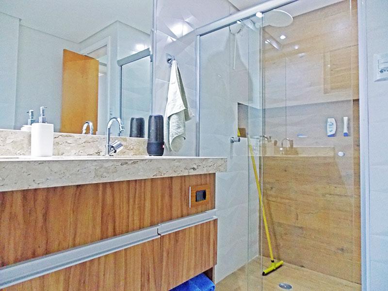 Ipiranga, Apartamento Padrão-Banheiro social com piso de cerâmica, teto com sanca, gabinete, pia de granito e box de vidro.