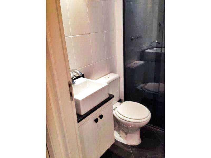 Sacomã, Apartamento Padrão-Banheiro da suíte com piso de cerâmica, teto com moldura de gesso, iluminação embutida, gabinete, pia sobreposta e box de vidro.