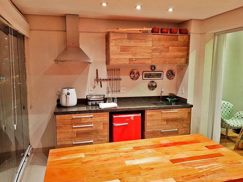 Ipiranga, Apartamento Padrão-Varanda com piso de porcelanato, teto com sanca, iluminação embutida, gabinete, pia de granito e fechamento de vidro.
