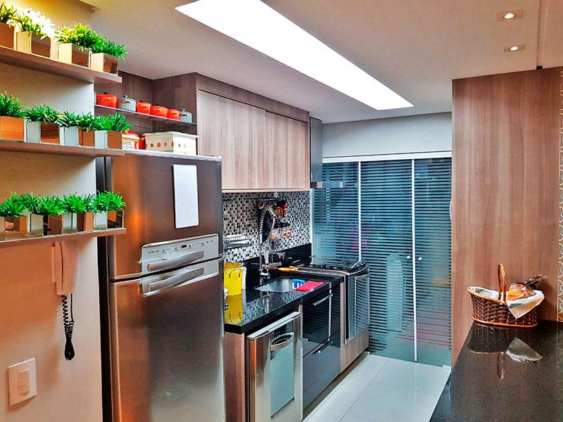 Ipiranga, Apartamento Padrão-Cozinha americana com piso de porcelanato, teto com sanca, iluminação embutida, armários planejados, gabinete, pia de granito e acesso a área de serviço.