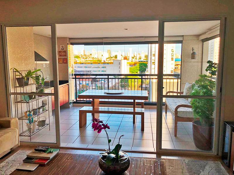 Ipiranga, Apartamento Padrão-Varanda com piso de cerâmica, teto com sanca de gesso, iluminação embutida, gabinete, pia de granito, churrasqueira e fechamento de vidro.