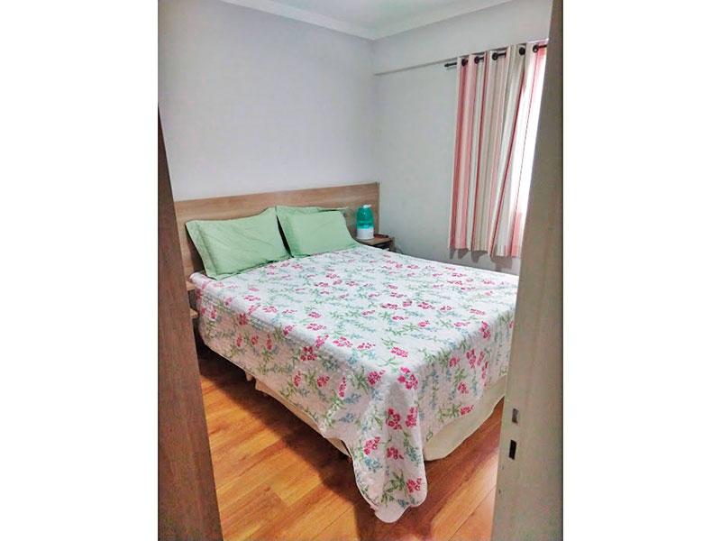 Sacomã, Apartamento Padrão-1º Quarto com piso de carpete de madeira, teto com moldura de gesso e armários planejados.