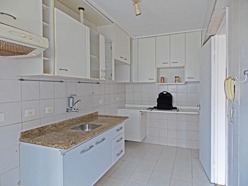 Jabaquara, Cobertura Duplex-Cozinha com piso de cerâmica, teto com moldura de gesso, armários planejados, gabinete, pia de granito e acesso a área de serviço.