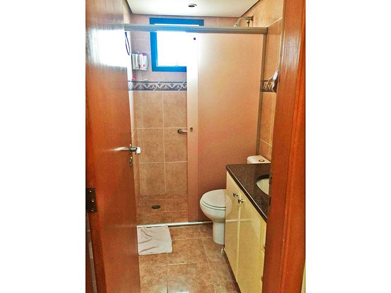 Ipiranga, Apartamento Padrão-Banheiro da 2ª suíte com piso de cerâmica, teto com sanca, gabinete, pia de granito e box de vidro.