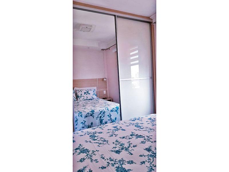 Sacomã, Apartamento Padrão-1º Quarto com piso de laminado, teto com sanca de gesso, iluminação embutida e armários planejados.
