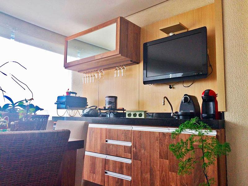 Ipiranga, Apartamento Padrão-Varanda com piso de laminado, teto com sanca, gabinete, pia de granito e fechamento de vidro.