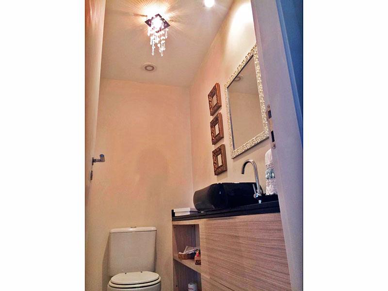 Ipiranga, Apartamento Padrão-Banheiro social com piso de cerâmica, gabinete e pia sobreposta.