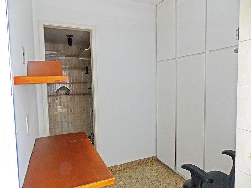 Jabaquara, Apartamento Padrão-Dependência de empregada com piso de granito e armários planejados.