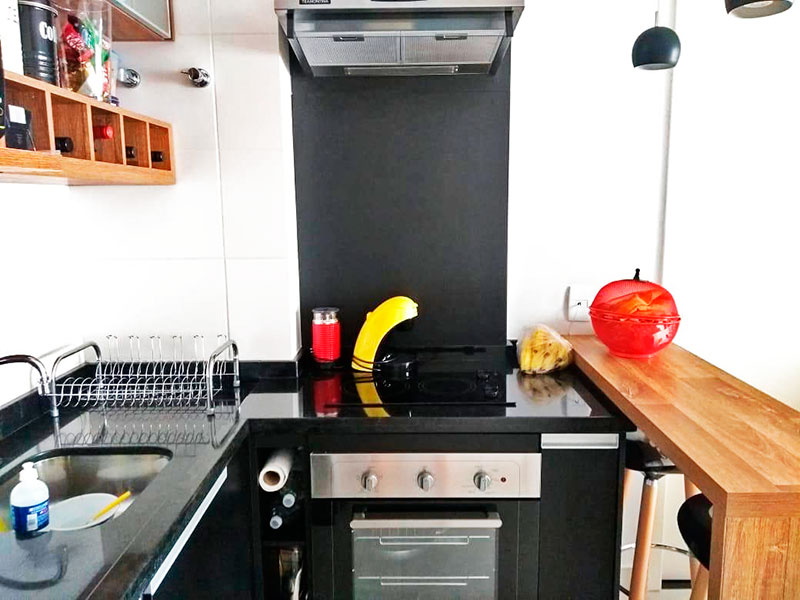 Ipiranga, Apartamento Padrão-Cozinha com piso de cerâmica, teto com sanca, armários planejados, gabinete, cooktop e pia de granito.