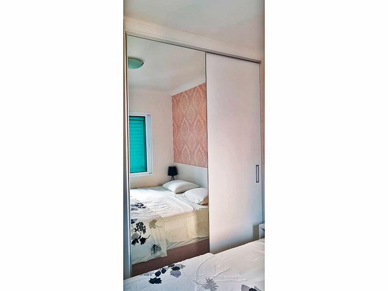 Ipiranga, Apartamento Padrão-1º Quarto com piso de porcelanato, teto com moldura de gesso e armários planejados.