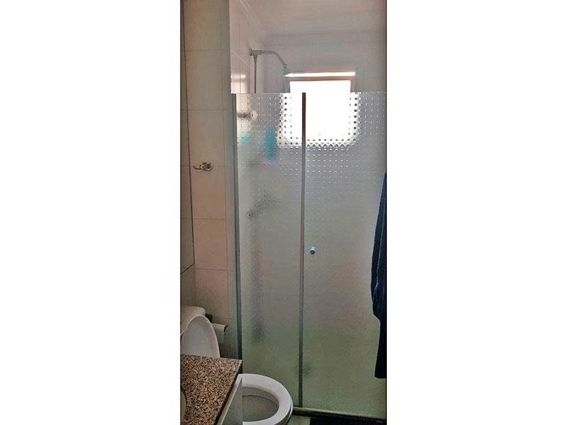 Ipiranga, Apartamento Padrão-Banheiro social com piso de cerâmica, teto com moldura de gesso, iluminação embutida, gabinete, pia de mármore e box de vidro.