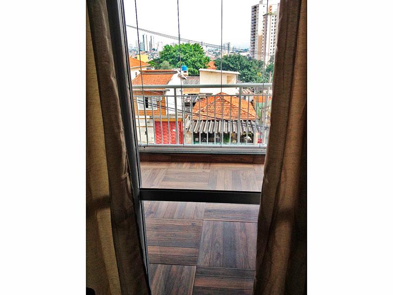 Sacomã, Apartamento Padrão-Sacada com piso de madeira e fechamento de vidro.