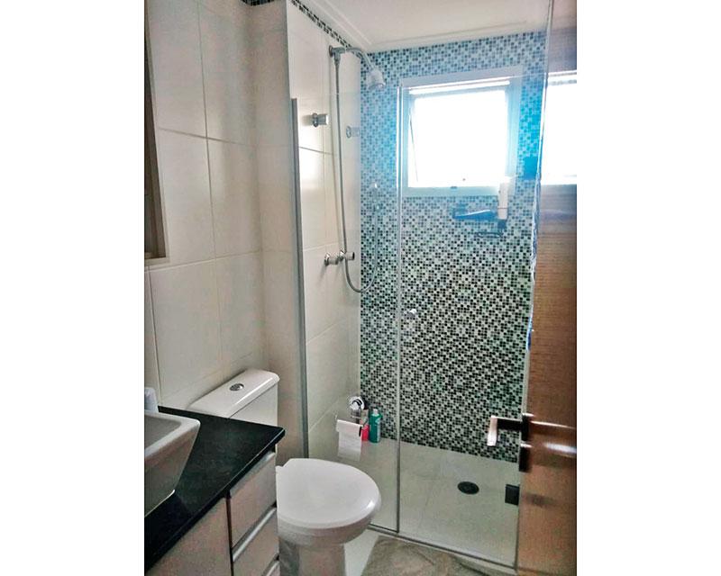 Sacomã, Apartamento Padrão-Banheiro social com piso de cerâmica, teto com moldura de gesso, gabinete, pia sobreposta e box de vidro.