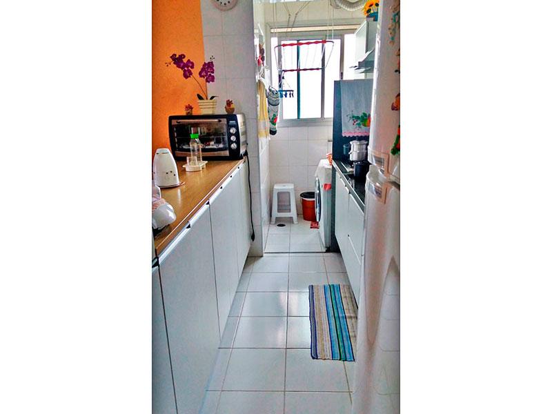 Sacomã, Apartamento Padrão-Cozinha integrada com a sala, com piso de cerâmica, armários planejados, gabinete, pia de granito e acesso a área de serviço.