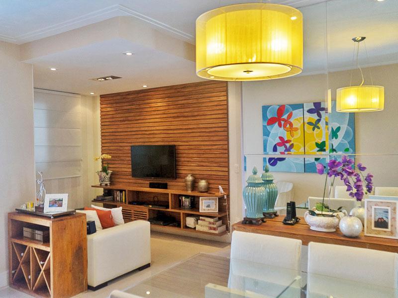 Ipiranga, Apartamento Padrão - Sala em L ampliada (com o 3º quarto), com piso de porcelanato, teto com moldura de gesso, iluminação embutida e acesso a varanda.