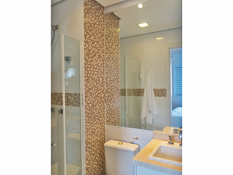 Ipiranga, Apartamento Padrão-Banheiro da suíte com piso de cerâmica, teto com sanca, iluminação embutida, gabinete, pia de mármore e box de vidro.