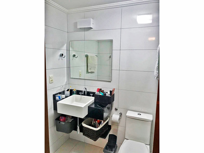 Sacomã, Apartamento Padrão-Banheiro da suíte com piso de cerâmica, teto com moldura de gesso, pia sobreposta e box de vidro.