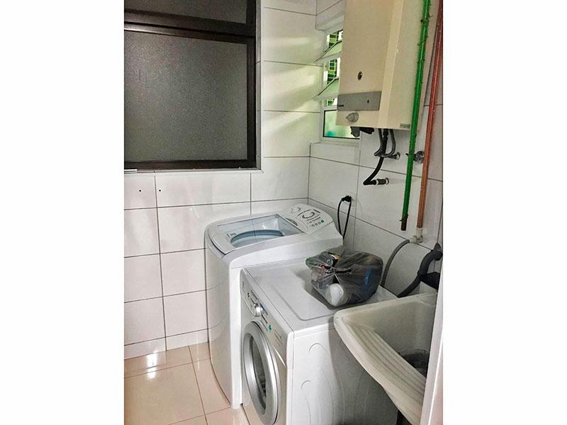 Sacomã, Apartamento Padrão-Área de serviço com piso de porcelanato, gabinete e aquecedor de passagem.