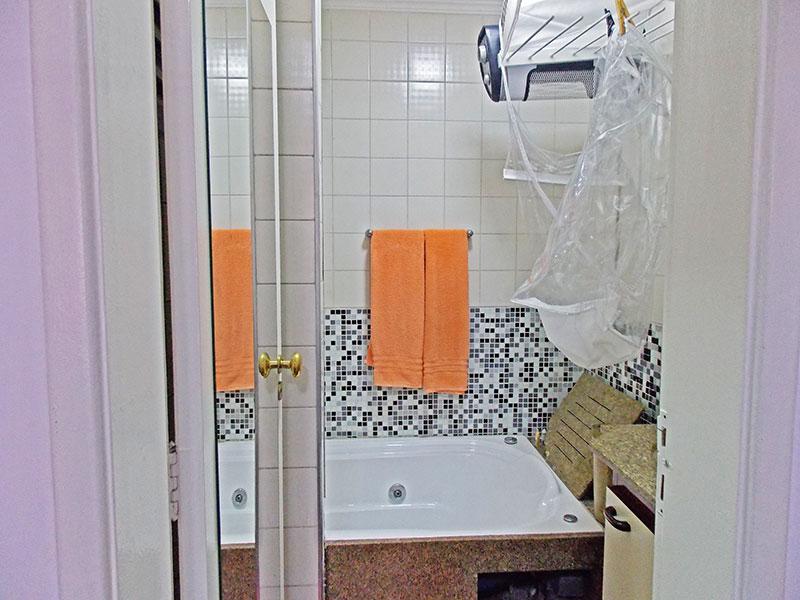 Sacomã, Apartamento Padrão-Banheiro da suíte com piso de cerâmica, teto com moldura de gesso, gabinete, pia de mármore e banheira de hidromassagem.