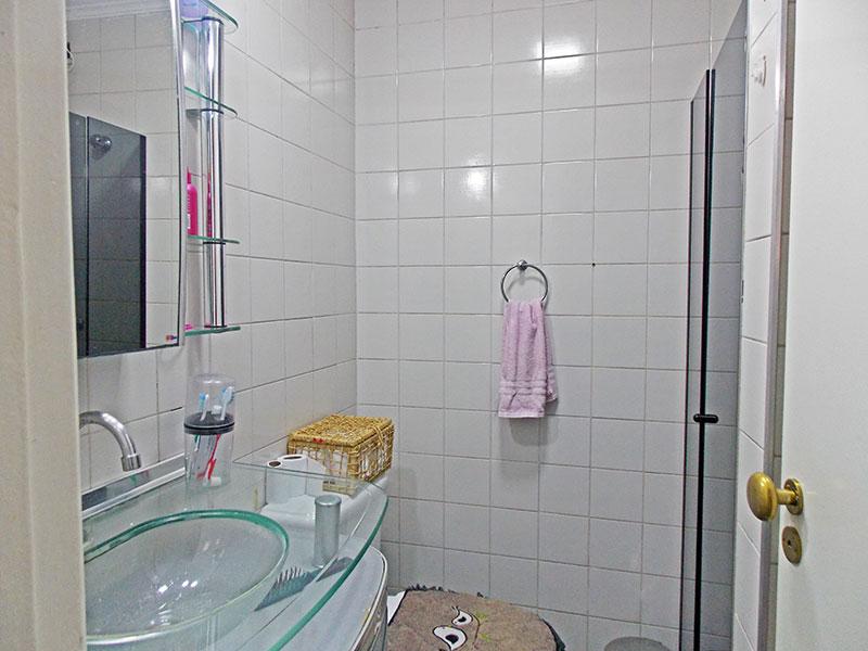 Sacomã, Apartamento Padrão-Banheiro social com piso de cerâmica, teto com moldura de gesso, gabinete, pia sobreposta de vidro e box de vidro.