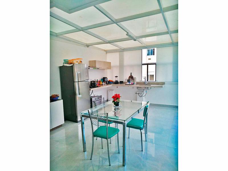 Jabaquara, Apartamento Garden-Cozinha com piso de porcelanato, cooktop, pia de granito e acesso a varanda.