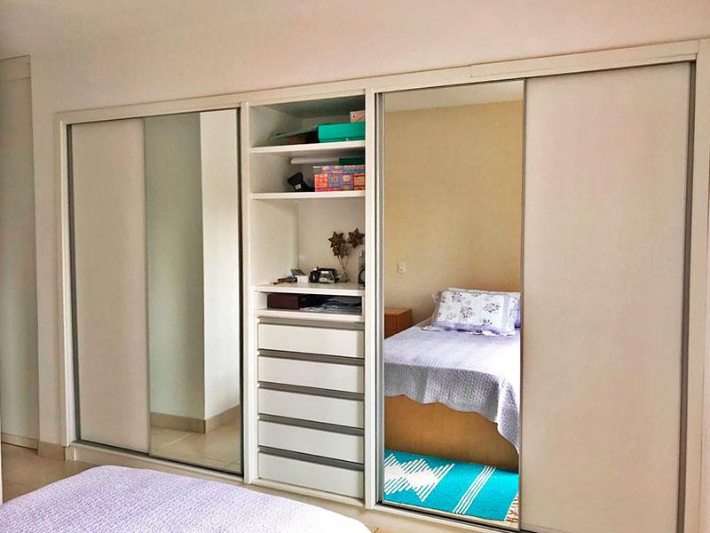 Ipiranga, Apartamento Padrão-1ª Suíte com piso de cerâmica e armários embutidos.